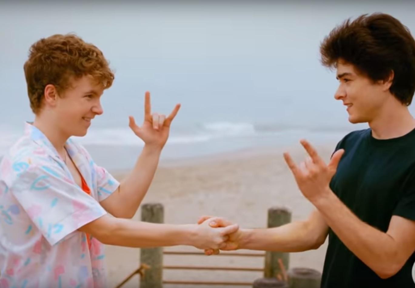 Trailer de telebiografia celebra a amizade e os excessos de Corey Feldman e Corey Haim