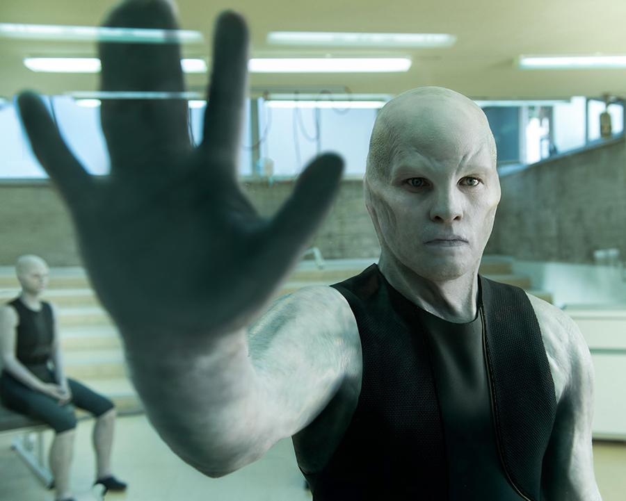 Sam Worthington vira criatura de sci-fi B em trailer de mais uma aquisição da Netflix