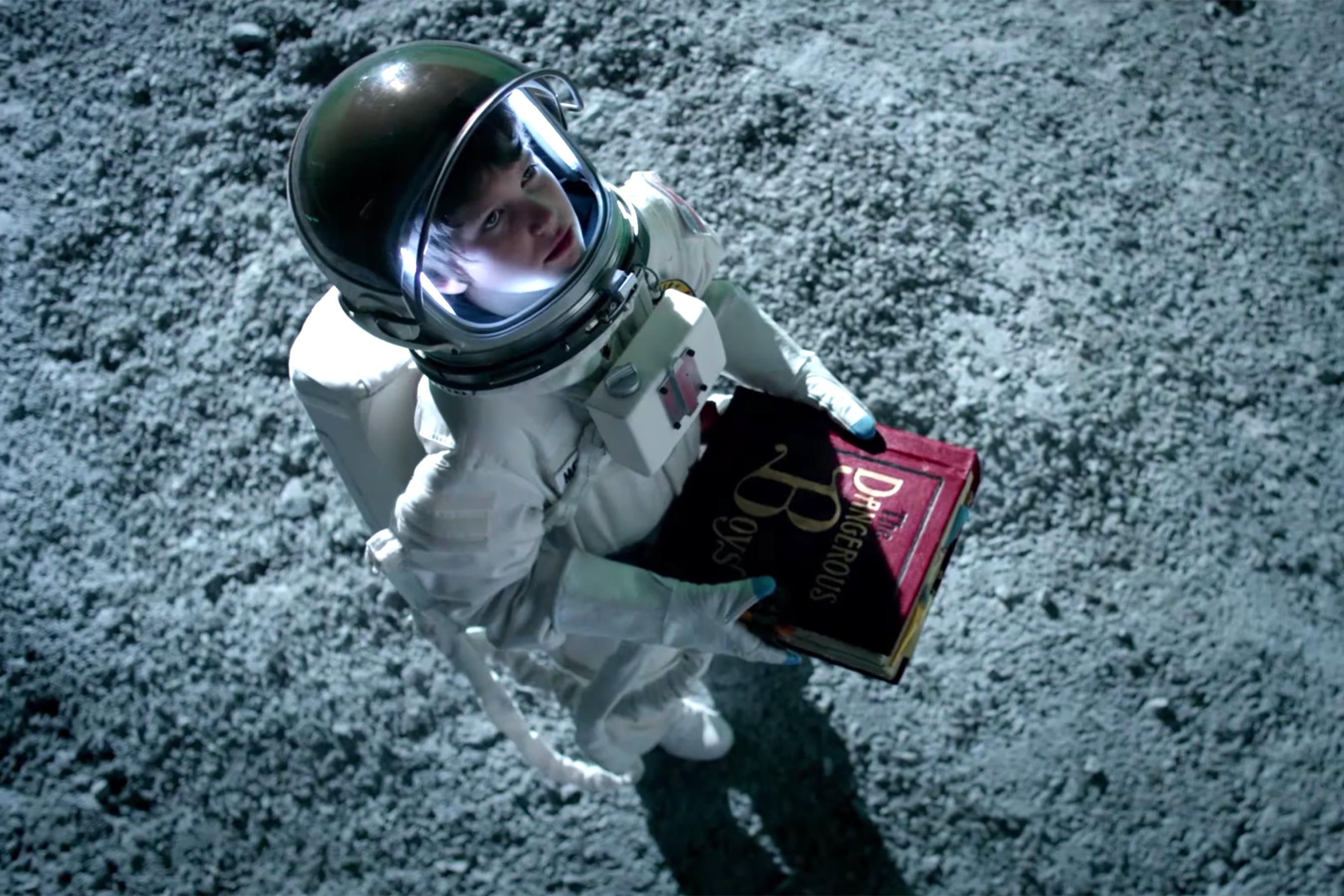 Minissérie de Bryan Cranston baseada no Perigoso Livro para Garotos ganha primeiro trailer