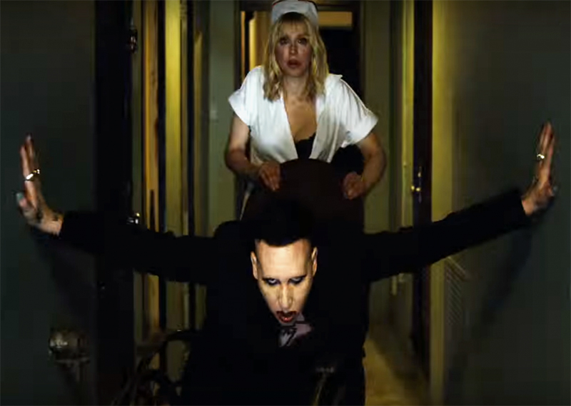 Courtney Love vira enfermeira de Marilyn Manson em novo clipe