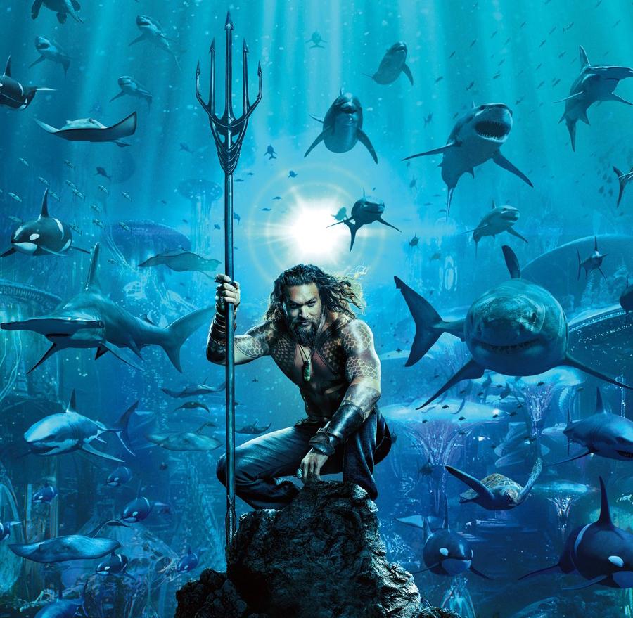 Jason Momoa mergulha no fundo do mar para anunciar trailer de Aquaman