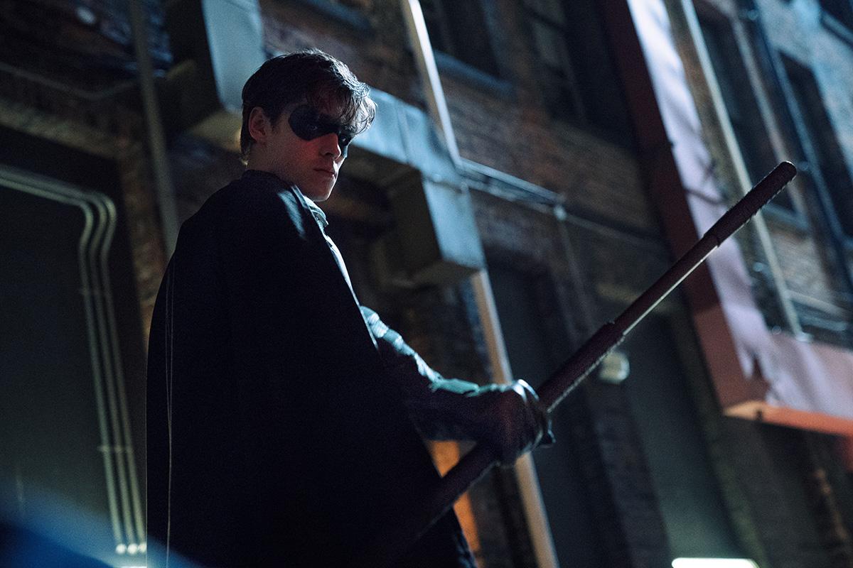 Titans: 38 fotos inéditas revelam cenas dos dois primeiros episódios da série