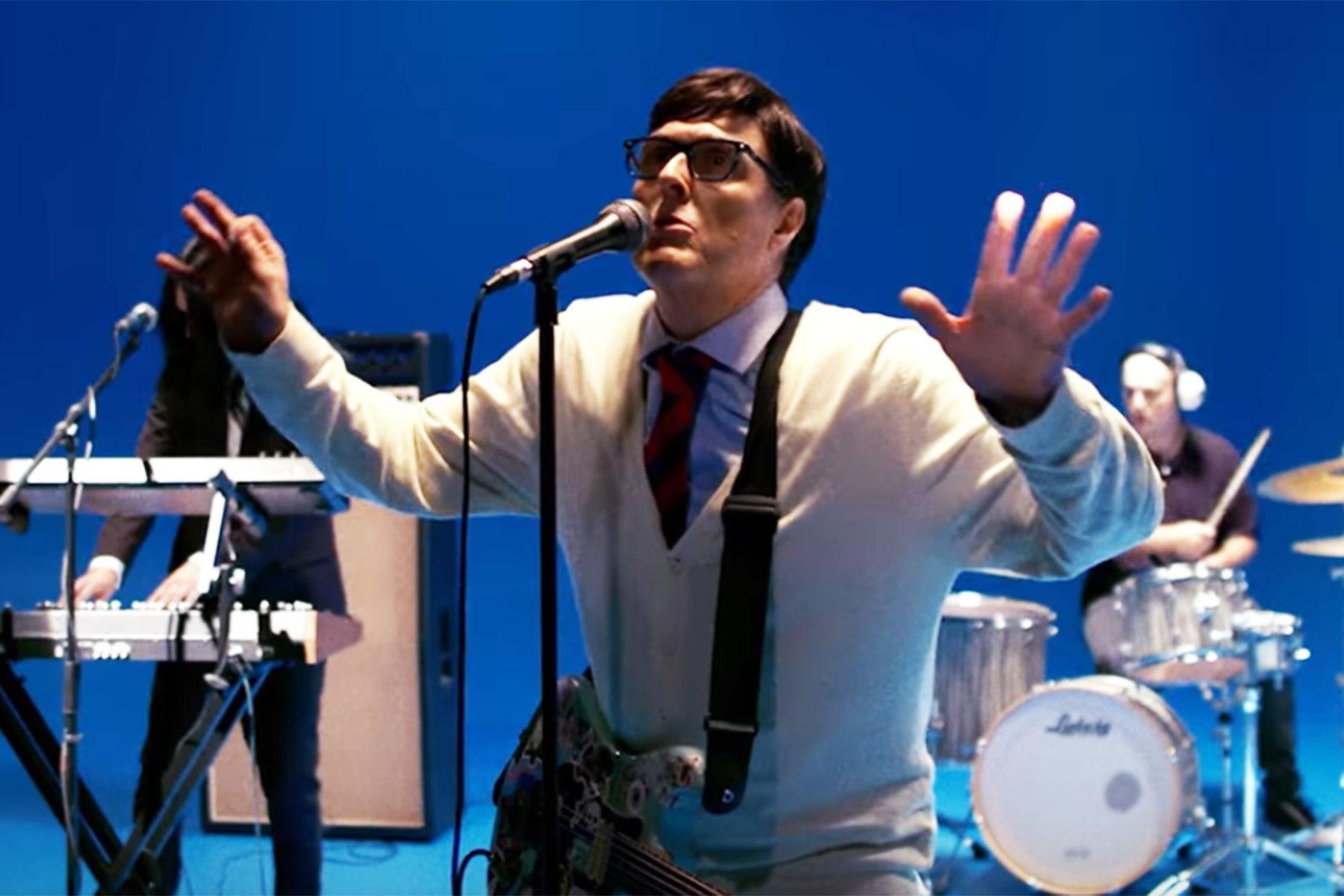 Weird Al Yankovic vira cantor do Weezer em clipe do cover de Africa