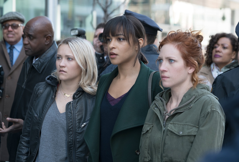 Três jovens descobrem que são irmãs no primeiro trailer da série Not Just Me