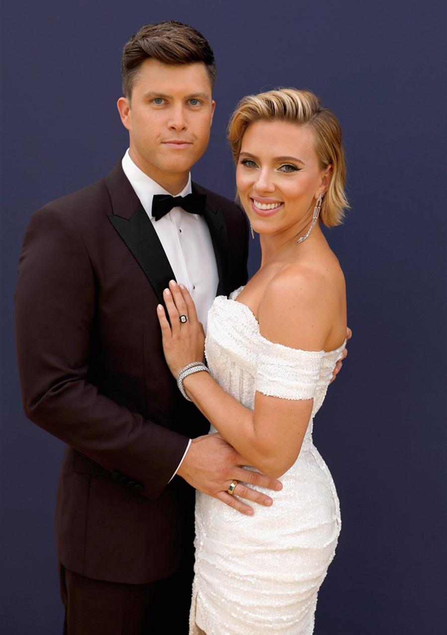 Scarlett Johansson anuncia noivado com comediante do Saturday Night Live