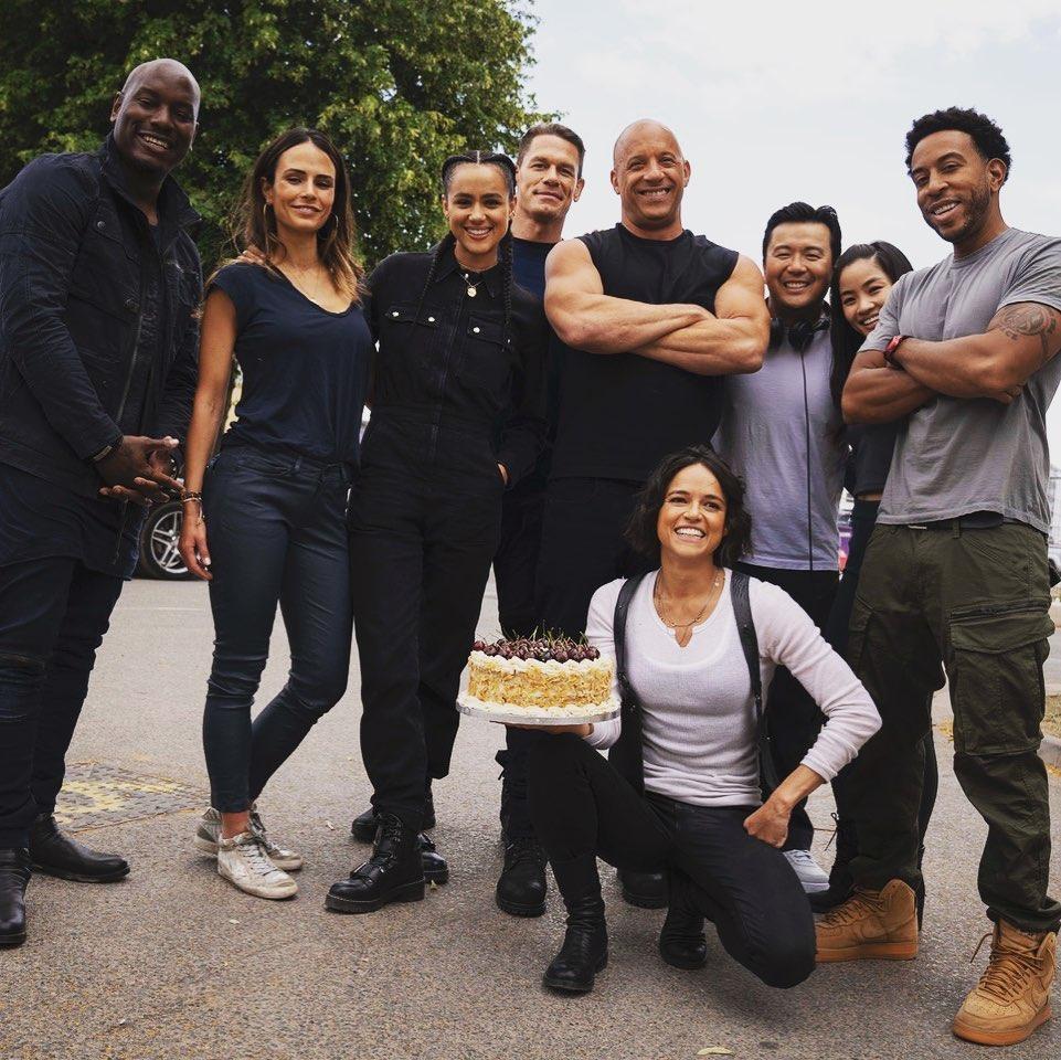 Elenco de Velozes e Furiosos celebra aniversário de Michelle Rodriguez durante filmagens | Pipoca Moderna