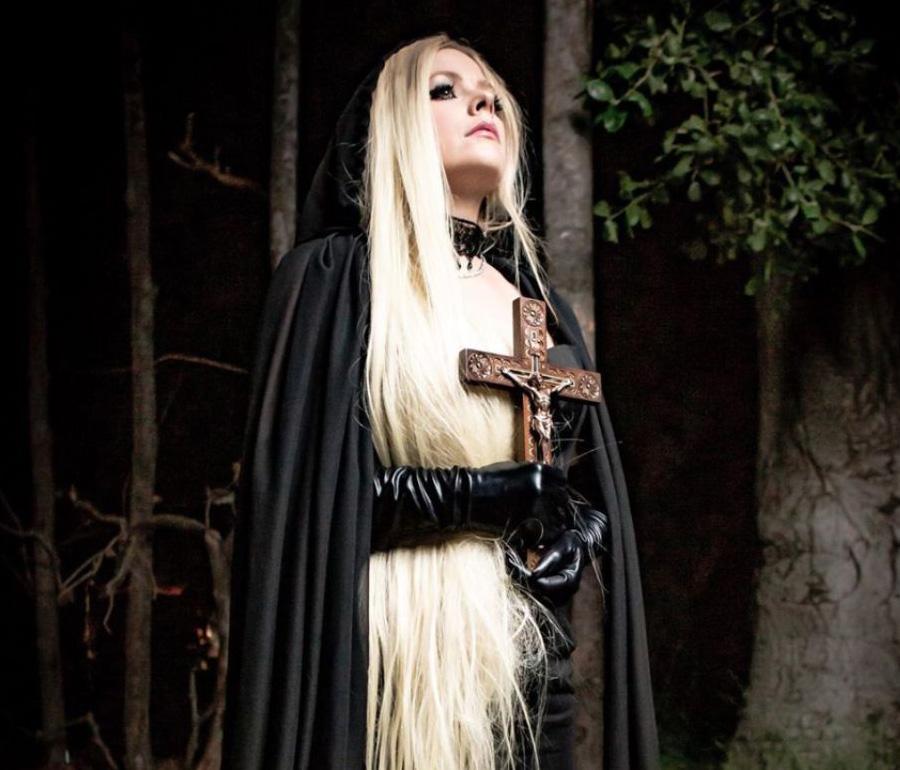 Avril Lavigne lança clipe fúnebre com clichês de metal satânico | Pipoca Moderna
