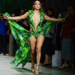 """Jennifer Lopez arrasa com """"vestido da selva"""" em Semana da Moda de Milão"""